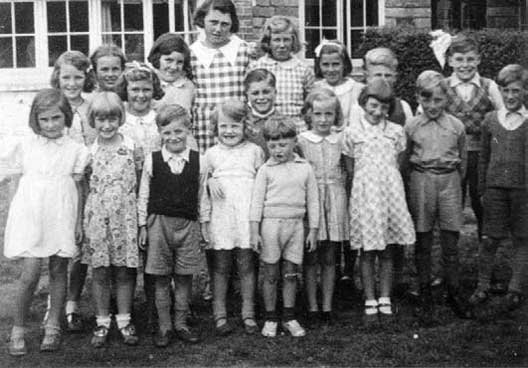 Evacuee children from Lionel Road School, Brentford at Bide-A-While in 1940